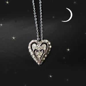 Jewelry - Delicate Vtg Rhinestone Heart Choker Necklace